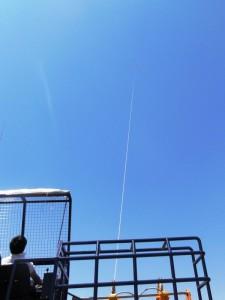 索(ひものようなもの)の先にグライダーがつながっています。画像を拡大するとグライダーが見えます。