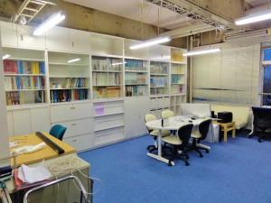 本棚が設置され書籍を収納,新しい研究室25-512