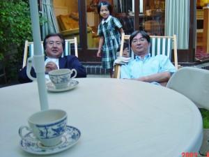 2003年,ケンブリッジの自宅で下館先生とお茶を飲み,駄弁る。