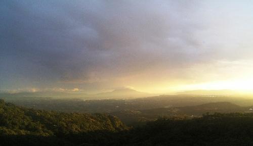 台風13号が桜島(写真中央)の南側を通過後の霧島からの眺望