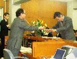 学位記授与の模範演技を行う本多主任教授と相吉副主任教授