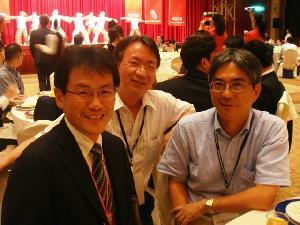 左から大須賀教授(大阪大学,SICE2010 General co-chair),杉江教授(京都大学),そして足立です。