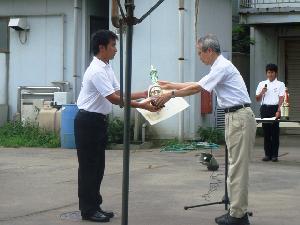 内田競技会会長(早大)からトロフィーを受け取る森